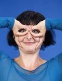 Vrouw die grappig gebaar maakt Royalty-vrije Stock Foto's