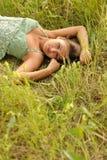 Vrouw die in Gras ligt Stock Foto