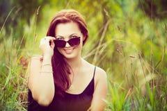 Vrouw die in Gras ligt royalty-vrije stock afbeelding