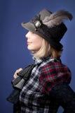 Vrouw die grijze vilten hoed draagt royalty-vrije stock afbeelding