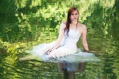 Vrouw die in groen water schijnt te drijven stock foto