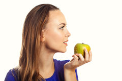 Vrouw die groene appel bijt Royalty-vrije Stock Afbeelding