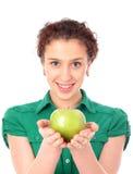 Vrouw die groene appel houdt royalty-vrije stock afbeelding