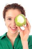 Vrouw die groene appel houdt royalty-vrije stock foto's