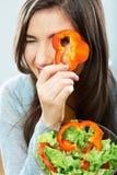 Vrouw die groene salade eet De vrouwelijke model dichte omhooggaande gezichtsstudio is Royalty-vrije Stock Afbeeldingen