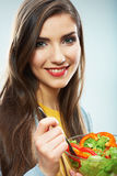 Vrouw die groene salade eet De vrouwelijke model dichte omhooggaande gezichtsstudio is Royalty-vrije Stock Afbeelding