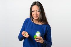 Vrouw die groene tabletten in palm houden Stock Foto's