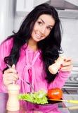 Vrouw die groenten eet Stock Afbeelding
