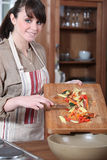 Vrouw die groenten voorbereiden Stock Foto's