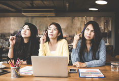 Vrouw die groeps de bedrijfs van Azië en iets denken ideeën in werkruimte, toevallige uitrusting kijken royalty-vrije stock afbeeldingen