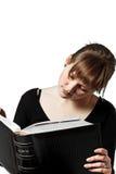 Vrouw die groot boek leest royalty-vrije stock afbeeldingen