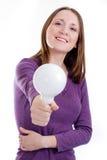 Vrouw die grote bol aanbiedt Stock Foto's