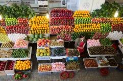 Vrouw die grote verscheidenheid van vruchten verkopen Stock Foto's