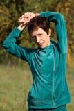 Vrouw die gymnastiek in het park doen Royalty-vrije Stock Afbeelding