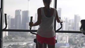 Vrouw die in gymnastiek uitwerkt stock videobeelden