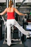Vrouw die in gymnastiek uitwerkt Stock Foto