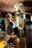 Vrouw die in gymnastiek uitwerkt - trekkracht UPS Stock Afbeelding