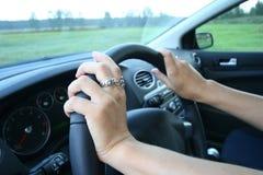 Vrouw die haar auto drijft. stock afbeelding