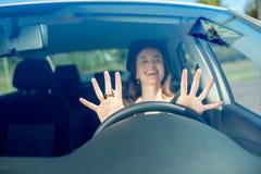 Vrouw die haar auto drijft stock fotografie