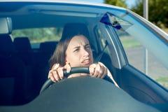 Vrouw die haar auto drijft stock foto