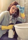Vrouw die haar badkamers schoonmaken stock afbeelding