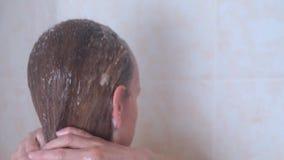 Vrouw die haar blond haar, langzame geanimeerde video wassen stock videobeelden