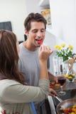 Vrouw die haar echtgenootgroene paprika voeden Royalty-vrije Stock Foto's