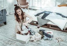 Vrouw die haar echtgenotenbezittingen na gescheiden het worden inpakken royalty-vrije stock fotografie