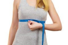 Vrouw die haar geïsoleerde grootte meten onder borst royalty-vrije stock fotografie