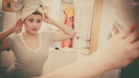 Vrouw die haar gedachtengang in spiegel bekijken Royalty-vrije Stock Foto