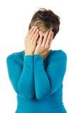 Vrouw die haar gezicht behandelt met beide handen Stock Afbeeldingen