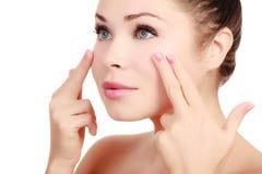 Vrouw die haar gezicht masseren royalty-vrije stock fotografie