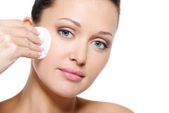 Vrouw die haar gezicht met katoenen zwabber schoonmaakt Royalty-vrije Stock Afbeelding