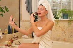 Vrouw die haar gezicht poedert Royalty-vrije Stock Fotografie