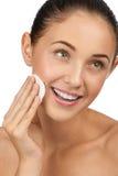 Vrouw die haar gezicht schoonmaakt Stock Foto