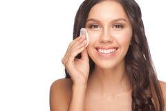 Vrouw die haar gezicht schoonmaakt royalty-vrije stock afbeeldingen