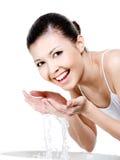 Vrouw die haar gezicht wast Royalty-vrije Stock Fotografie