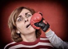 Vrouw die in haar gezicht worden geslagen Stock Afbeelding