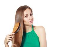 Vrouw die haar haar borstelt Stock Afbeelding