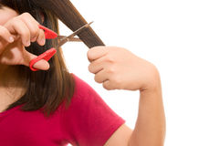 Vrouw die haar haar met schaar snijden - ongelukkige uitdrukking, isola Royalty-vrije Stock Foto's