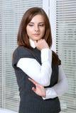 Vrouw die haar hand houden dichtbij haar kin royalty-vrije stock foto's