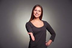 Vrouw die haar hand voor de handdruk uitbreiden Royalty-vrije Stock Foto