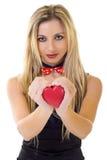 Vrouw die haar hart aanbiedt Royalty-vrije Stock Afbeeldingen