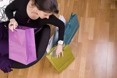 Vrouw die haar het winkelen zakken toont stock foto