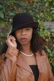 Vrouw die haar hoed tipt Royalty-vrije Stock Afbeeldingen