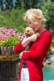 Vrouw die haar hond houdt Royalty-vrije Stock Afbeeldingen