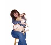 Vrouw die haar hond koestert. Stock Afbeelding