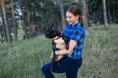 Vrouw die haar hond loopt Stock Afbeeldingen