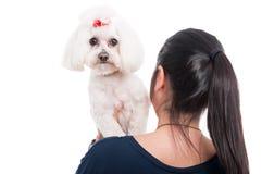 Vrouw die haar hond op de schouder houden Stock Fotografie