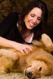 Vrouw die haar hondenbuik krast Royalty-vrije Stock Foto
